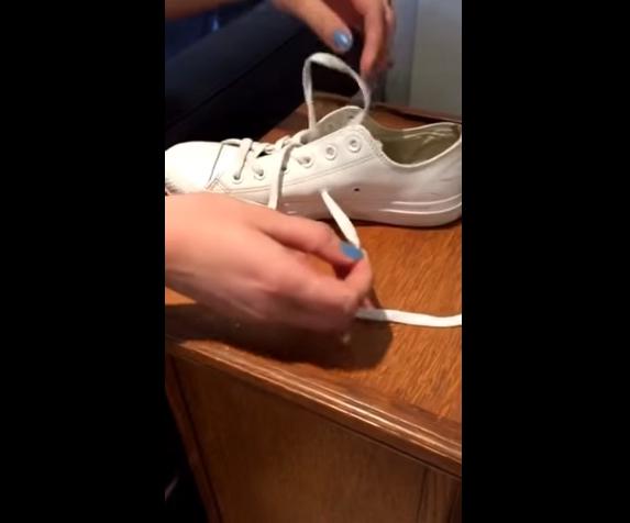 Sau đó, dùng sợi dây đang xỏ cho hàng lỗ ở phía ngoài luồn xuống và xỏ vào lỗ đầu tiên ở dưới.
