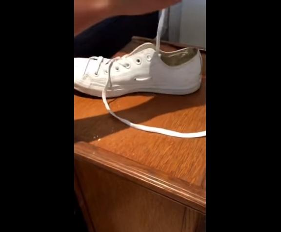 Sau đó xỏ tiếp dây vào lỗ thứ hai, lúc này dây giày sẽ chui lại vào bên trong giày.