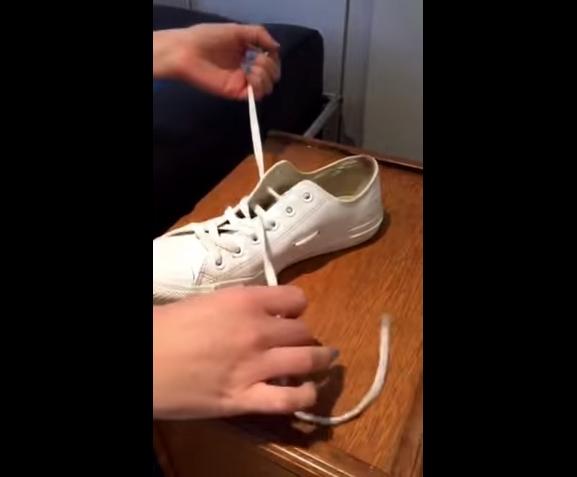 Tiếp theo, dùng sợi dây đó để xỏ vào lỗ tiếp theo ở hàng lỗ xỏ giày phía trên giống như bình thường.