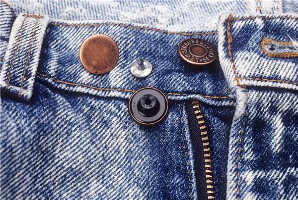 Quần jeans hoặc bất kì loại trang phục nào có nút đinh tán đều ẩn chứa nguy cơ gây hại sức khỏe của bạn.(Ảnh: Internet)