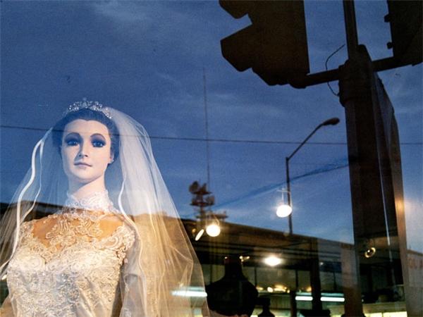 La Pascualita xinh đẹp đứng sau tấm kính và mặc trang phục cưới luôn gây sự chú ý cho người đi đường.(Ảnh:Internet)