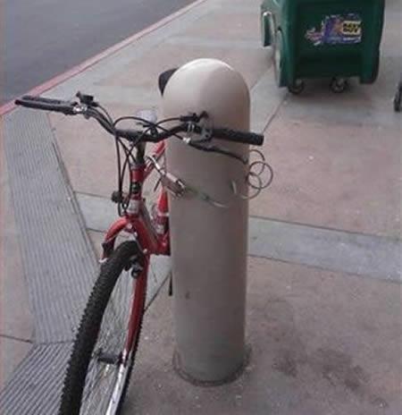 Một kiểu khóa xe vô dụng khác. (Ảnh:Internet)