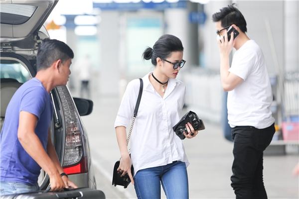 Bắt gặp Đông Nhi tay trong tay cùng Ông Cao Thắng tại sân bay - Tin sao Viet - Tin tuc sao Viet - Scandal sao Viet - Tin tuc cua Sao - Tin cua Sao