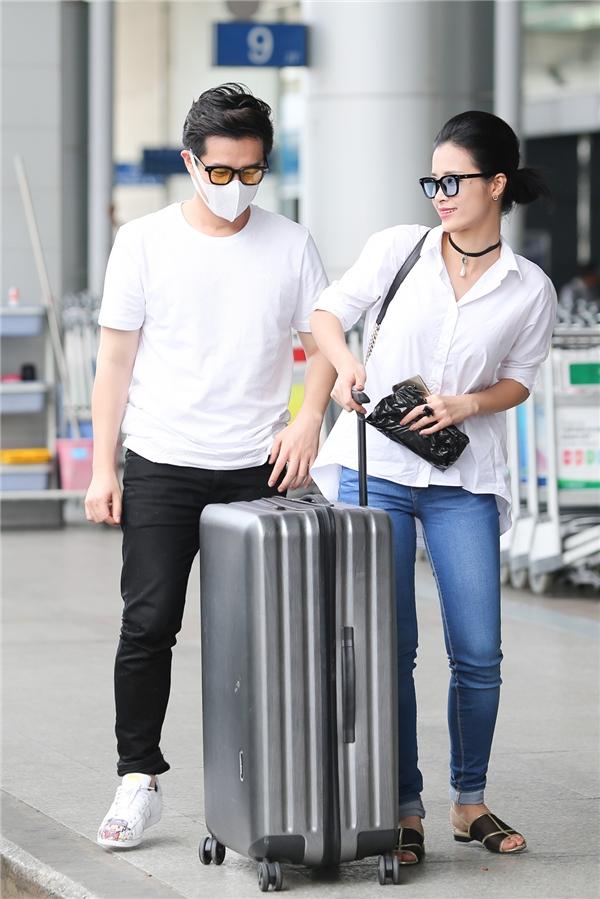Như thường lệ, những khoảnh khắc ngọt ngào, ấm áp của cặp đôi hot nhất nhì showbiz tại sân bay luôn khiến mọi người ngưỡng mộ. - Tin sao Viet - Tin tuc sao Viet - Scandal sao Viet - Tin tuc cua Sao - Tin cua Sao