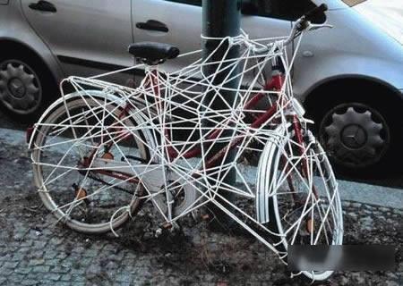 Tên trộm phải khóc thét nếu như muốn lấy được chiếc xe đạp này ra khỏi đống dây chằng chịt. (Ảnh: Internet)