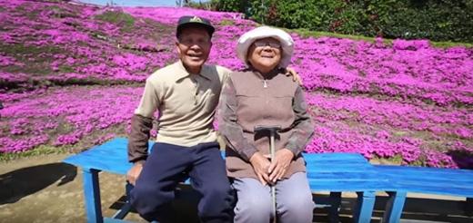 Ông Toshiyuki Kuroki đã cặm cụi trồng một vườn hoa tặng vợ - bà Yasuko, 79 tuổi. Người vợ của ông bị mù và không thể nhìn thấy gì, vì thế ông đã trồng mọt vườn hoa đầy hương thơm để ngày ngày dẫn vợ đi dạo, mang lại niềm vui cho vợ.