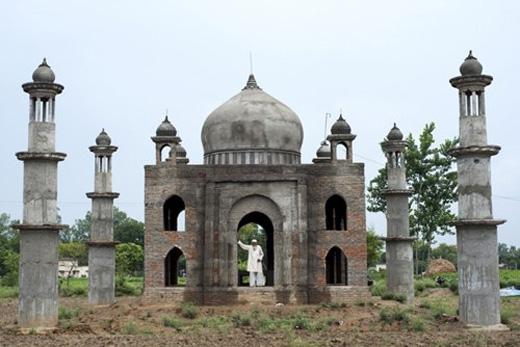 Qadri đã dành phần đời còn lại của mình để hoàn thành lăng mộ cho vợ. Ông cũng để một không gian nhỏ ngay cạnh mộ của vợ mình để… sau này nằm cạnh vợ khi chết đi.