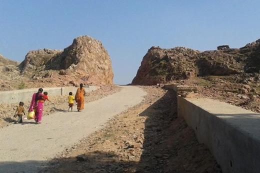 Con đường xuyên núi, được đào trong 22 năm của một người đàn ông đau đớn vì mất vợ