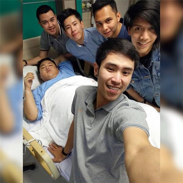 Anh chàng có can đảm phẫu thuật một phần cũng nhờ bạn bè luôn bên cạnh ủng hộ.
