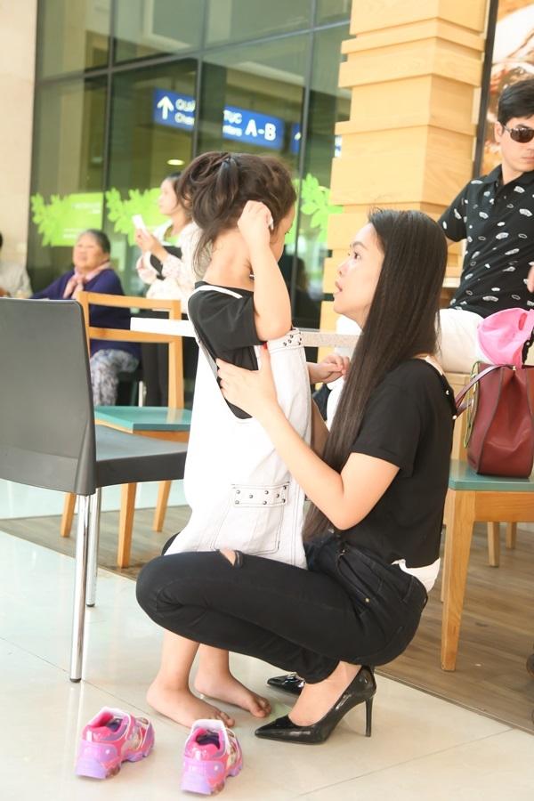 Nhưng bé cũng vô cùng quyến luyến mẹ. Tới lúc sắp ra mày bay, Bell đột nhiên ôm chầm mẹ rồi òa khóc.