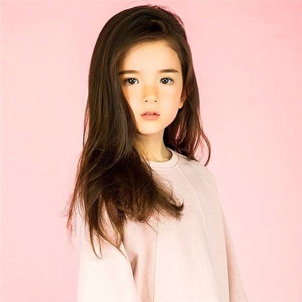 Mỗi khi cô bé diễn vẻ mặt nghiêm túc hay đượm buồn suy tư, dường như trông cô bé có vẻ rất chín chắn và trưởng thành.