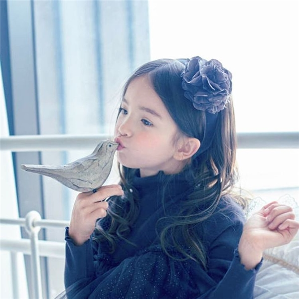 Sốt với vẻ đẹp thiên thần lai của cô bé người mẫu nhí