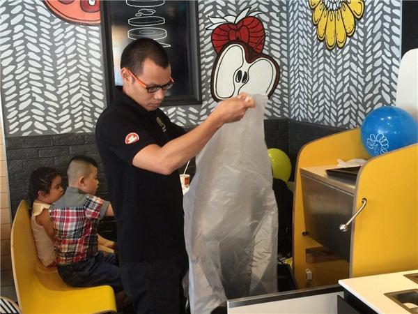 Anh Thắng, IT Manager (Phụ trách mảng IT) đảm nhận nhiệm vụ dọn rác tại nhà hàng McDonald's Siêu Thị Sài Gòn vừa khai trương.