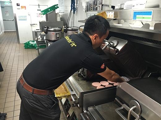 Anh Phương, Supply Chain Manager (Phụ trách mảng chuỗi cung ứng) hăng say làm việc ở khu vực nướng thịt trong bếp.