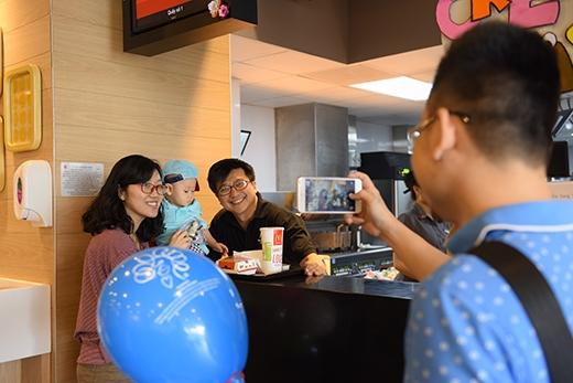 Nhiều khách hàng hào hứng khi được chính Chủ tịch McDonald's Việt Nam phục vụ tại nhà hàng.