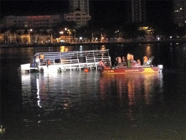 Phòng Cảnh sát PCCC - Cứu Nạn Cứu Hộ trên Sông thuộc Sở PCCC TP Đà Nẵng kéo tàu bị nạn vào bờ - (Ảnh: Hoàng Anh)
