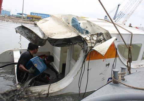 Chiếc tàu gặp nạn được lai dắt vào bờ. Ảnh: Zing