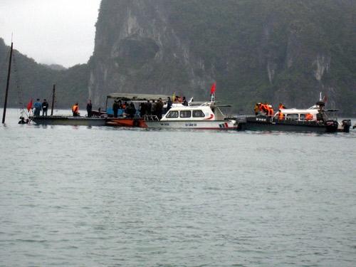 Lực lượng chức năng tìm kiếm nạn nhân tại khu vực tàu chìm. Ảnh: Người lao động