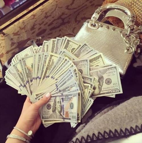 Khoe một đống tiền.