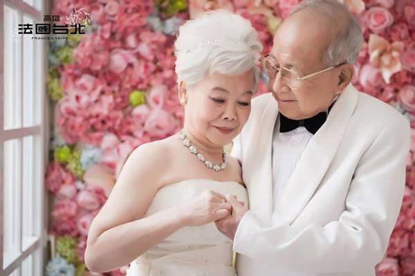Thật ngưỡng mộ khi đã chục năm, từng ánh mắt trao nhau, từng cái nắm tay vẫn dịu dàng và nồng đượm tình yêu như ngày mới yêu. (Ảnh: Internet)