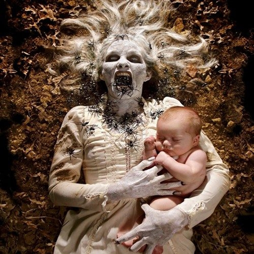 Câu chuyện về người đàn bà mặc đầm trắng, tóc trắng chuyên dụ dỗ, bắt cóc trẻ em luôn được lấylàm lời răn đe cho những đứa trẻ hư. (Ảnh: Joshua Hoffine)