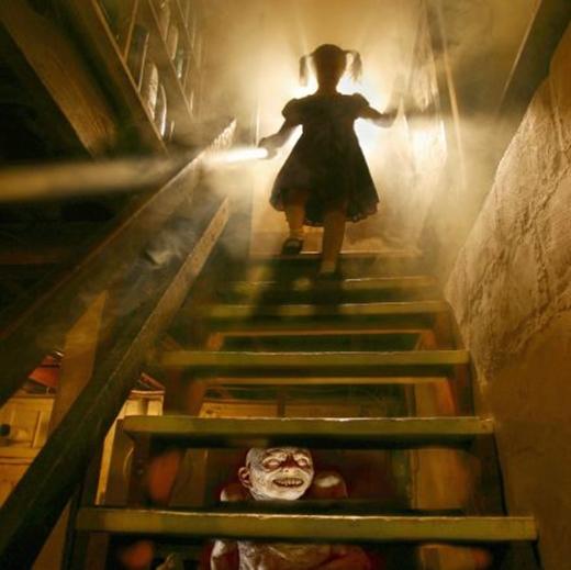 Ai mà biết có cái gì đằng sau những bậc thang kia? (Ảnh: Internet)