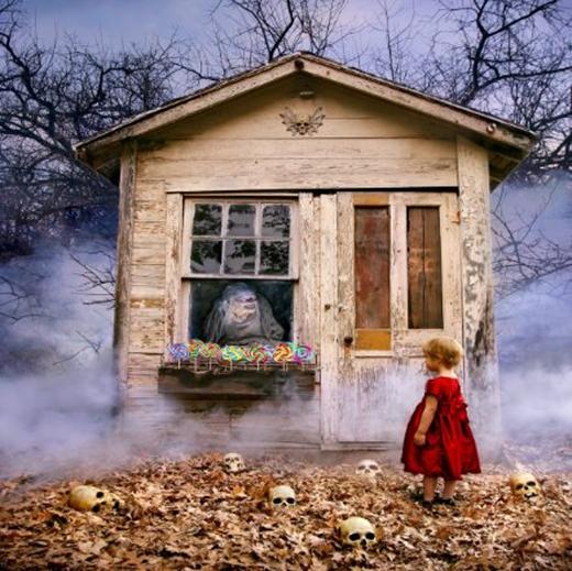 Hẳn ai cũng quá quen thuộc với hình ảnh mụ phù thủy với những món quà dụ dỗ ngon ngọt. (Ảnh:Joshua Hoffine)