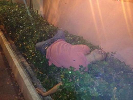 """Hậu quả của bữa tiệc hôm qua là tấm ảnh chộp lại khoảnh khắc """"lên nóc nhà"""" được lan truyền khắp mạng xã hội. (Ảnh: Internet)"""