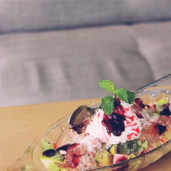 """Salad hoa quả nhìn thôi đã """"mê mẩn"""" rồi, ngoài những loại trái cây tươi còn ăn kèm ngũ cốc và kem tươi rất hợp nữa. (Ảnh: Internet)"""