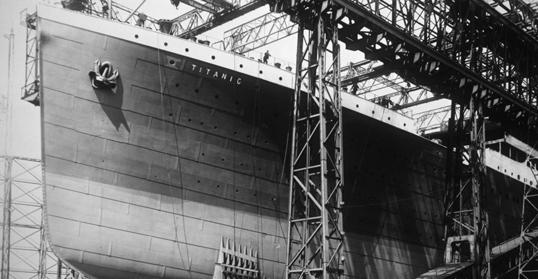 Năm 1909, tàu Tinanic được đóng tại xưởng đóng tàu Harland and Wolff ở Belfast, Ireland. Sau khi hoàn thành, người ta khẳng định đây là con tàu không thể chìm. (Ảnh chụp năm 1910)