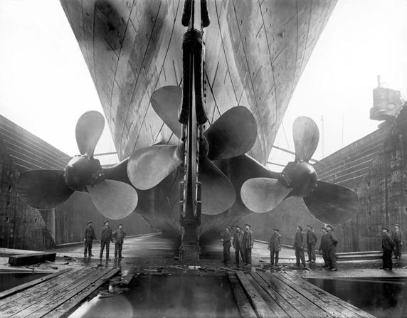 Các thợ đóng tàu tập trung bên dưới các chân vịt khổng lồ của nó. (Ảnh chụp năm 1912)