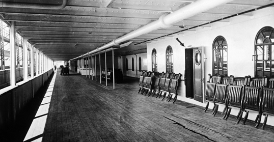 Phần hành lang dạo mát của khoang hạng nhất, nằm ngay bên dưới tầng boong đầu tiên.