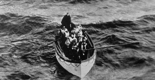 Tuy nhiên lúc tai nạn xảy ra, trên tàu chỉ có vài xuồng cứu hộ, và hầu hết đều không chứa đủ số người đúng với sức chứa của nó. Kết quả là chỉ có 700 trong số 2.224 hành khách sống sót và được con tàu Carpathia chạy ngang qua cứu sống. (Ảnh chụp vào ngày 15/04/1912)