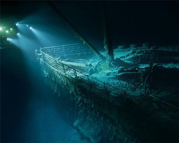 Hầu hết xác tàu đã bị rỉ sét và bám đầy rong rêu, hiện lên đầy ám ảnh dưới ánh đèn thám hiểm như một nghĩa trang im lìm dưới lòng biển.