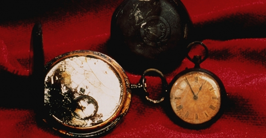 Nằm lẫn trong đống đổ nát của Titanic là hàng ngàn món đồ cá nhân và trang trí của con tàu cũng như của hành khách, chẳng hạn những chiếc đồng hồ bỏ túi như thế này.