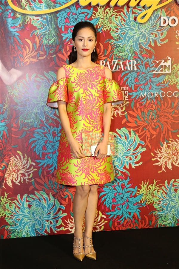 Tham dự đêm tiệc thời trang Xuân - Hè 2016 của nhà thiết kế Đỗ Mạnh Cường, Hạ Vi diện váy suông đơn giản giấu đường cong. Thiết kế tạo điểm nhấn bởi chi tiết xẻ vai hợp xu hướng. Hai tông màu hồng, vàng xanh hòa quyện vào nhau tạo hiệu ứng thị giác bắt mắt.