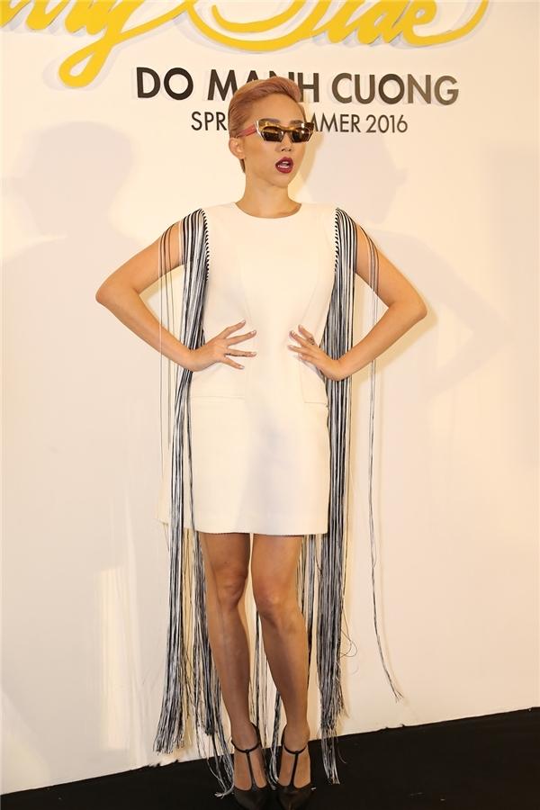 Váy suông giấu đường cong của Tóc Tiên được tạo điểm nhấn bằng chi tiết tua rua hợp xu hướng. Nữ ca sĩ trông cá tính hơn nhờ mắt kính mặt gương ấn tượng.