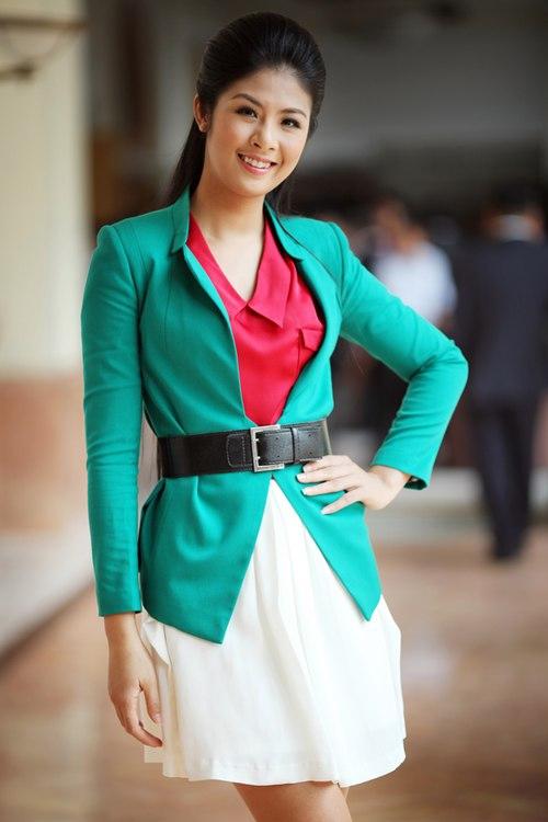 Phong cách thời trang của Hoa hậu cũng không được đánh giá cao khi vẫn gặp phải nhiều lỗi make-up, phối đồ chưa ấn tượng, thiếu đẳng cấp, kém sang… - Tin sao Viet - Tin tuc sao Viet - Scandal sao Viet - Tin tuc cua Sao - Tin cua Sao