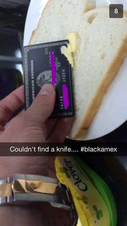Không có dao nên dùng thẻ tín dụng dụng tạm vậy. (Ảnh: Internet)