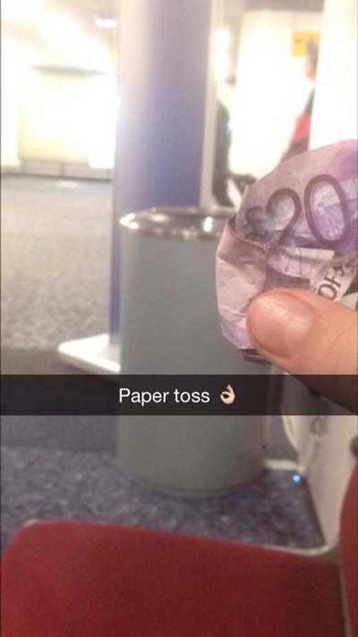Chơi ném giấy như thế này thì hơi tốn! (Ảnh: Internet)