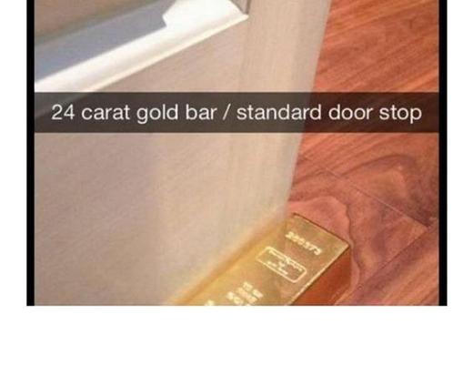 Lấy vàng để chặn cửa. (Ảnh: Internet)