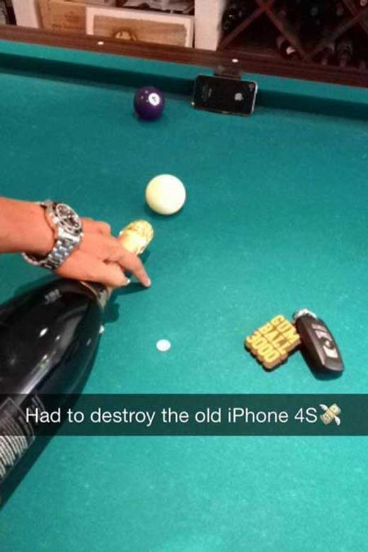 Buồn quá nên lấy iPhone 4sra phá chơi. (Ảnh: Internet)