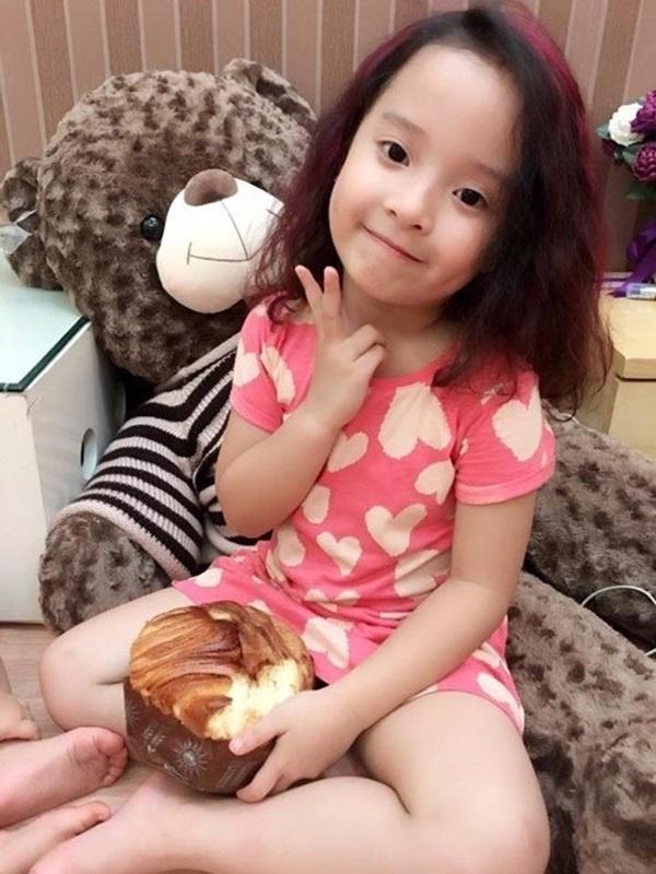 Bé Nhím năm nay 5 tuổi, tên thật là Lê Phương Bảo Hân. Cô bé được người hâm mộ nhận xét là rất xinh và thừa hưởng vẻ đẹp từ bố mẹ. - Tin sao Viet - Tin tuc sao Viet - Scandal sao Viet - Tin tuc cua Sao - Tin cua Sao