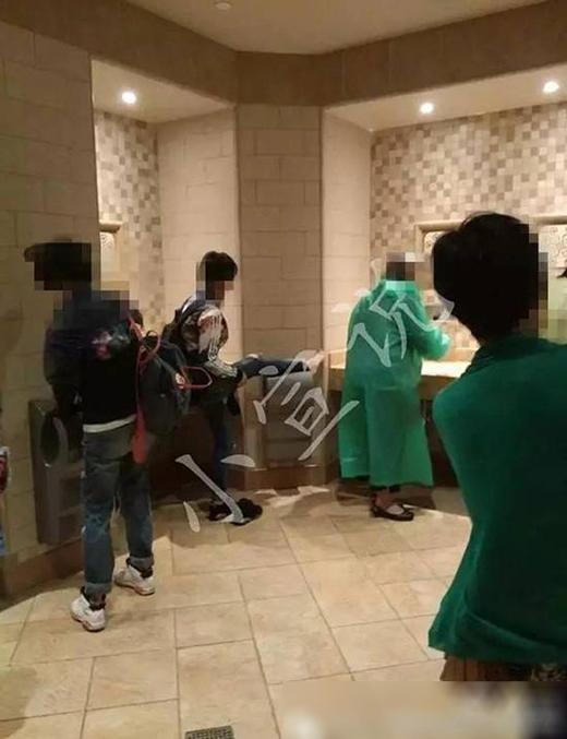 Khung cảnh hỗn loạn trong nhà vệ sinh tại Disneyland Thượng Hải. (Ảnh: Internet)