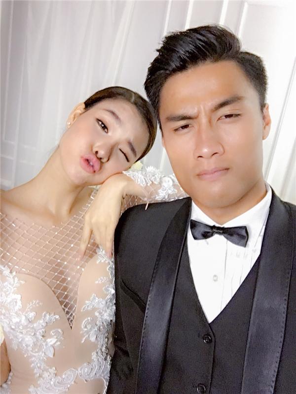 """Mới đây, trang phục cưới của cặp đôi cũng được giới thiệu đến khán giả, người hâm mộ. Và người được chọn mặt gửi vàng chính là nhà thiết kế Chung Thanh Phong – """"ông hoàng"""" của những chiếc áo cưới đắt giá trong làng mốt Việt."""
