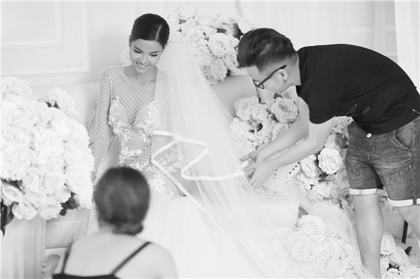 Trong buổi chụp ảnh, Kỳ Hân diện váy cưới dáng đuôi cá được phủ lưới bên ngoài. Thiết kế tạo điểm nhấn bởi các lớp chất liệu tách biệt nhau hoàn toàn.