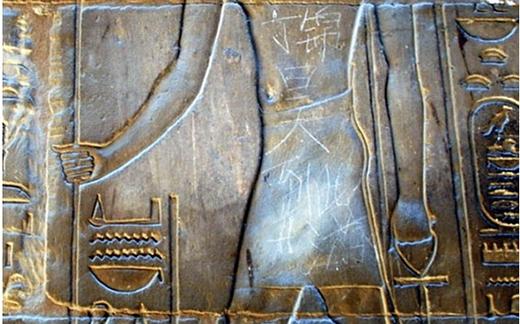 """Một thiếu niên 15 tuổi ở Trung Quốc đã gây phẫn nộ khi dùng dao ghi một dòng chữ mang tính """"lưu niệm"""" lên bức tường một ngôi đền ở thành phố cổ Luxor, Ai Cập. (Ảnh: Internet)"""