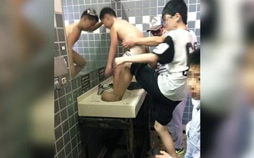 Một bồn rửa mặt ở Thái Lan bị biến thành chỗtắm cho con của một ông bố Trung Quốc. (Ảnh: Internet)