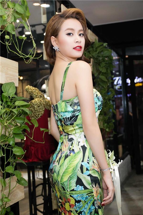 Vớithành công cùngMV mới, Hoàng Thùy Linh nhận được nhiều lời mời tham gia quảng cáo và show đi lưu diễn ở Mĩ,Anh.
