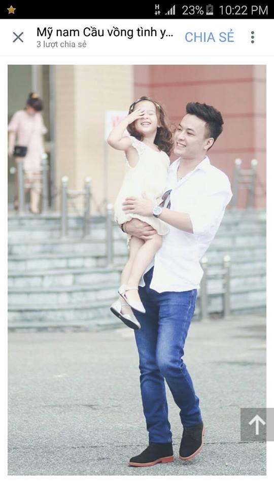 Hồng Đăng cho thấy anh là người cha rất mực yêu thương và cưng chìu con khi thường xuyên chia sẻ hình ảnh đưa bé đi chơi hay ẵm bồng con dù Nhím đã lên 5 tuổi. - Tin sao Viet - Tin tuc sao Viet - Scandal sao Viet - Tin tuc cua Sao - Tin cua Sao